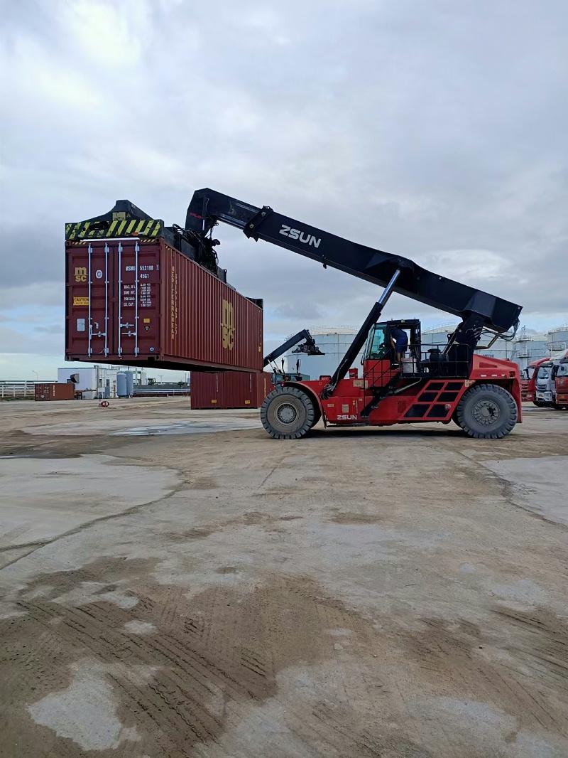 港口集装箱运输车辆在作业